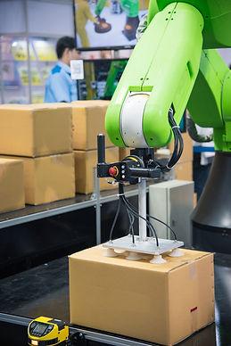 Robotic hands simultaneous work at packa