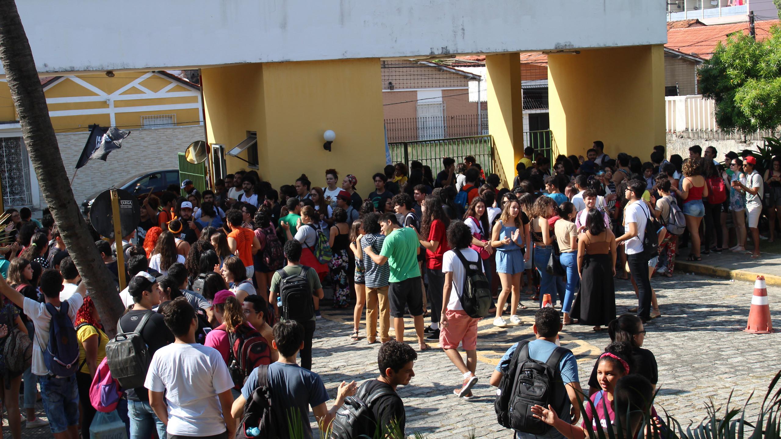 Em seguida, a união se moveu para a entrada principal da Reitoria, à espera de Cândido (Foto: Camilo Panzera)