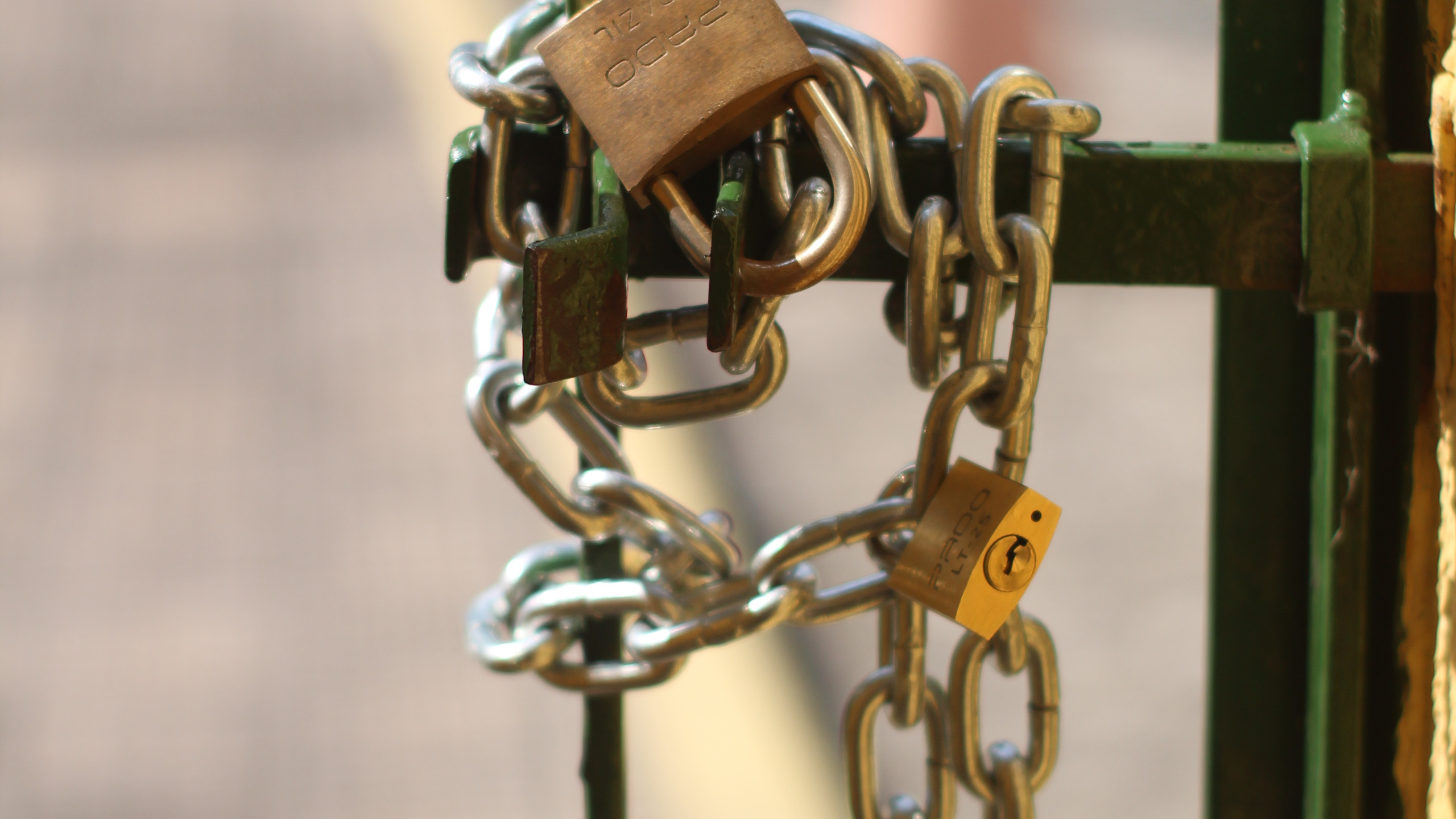 Ao mesmo tempo em que o cadeiraço acontecia, os portões da Reitoria eram trancados por outros manifestantes (Foto: Camilo Panzera)