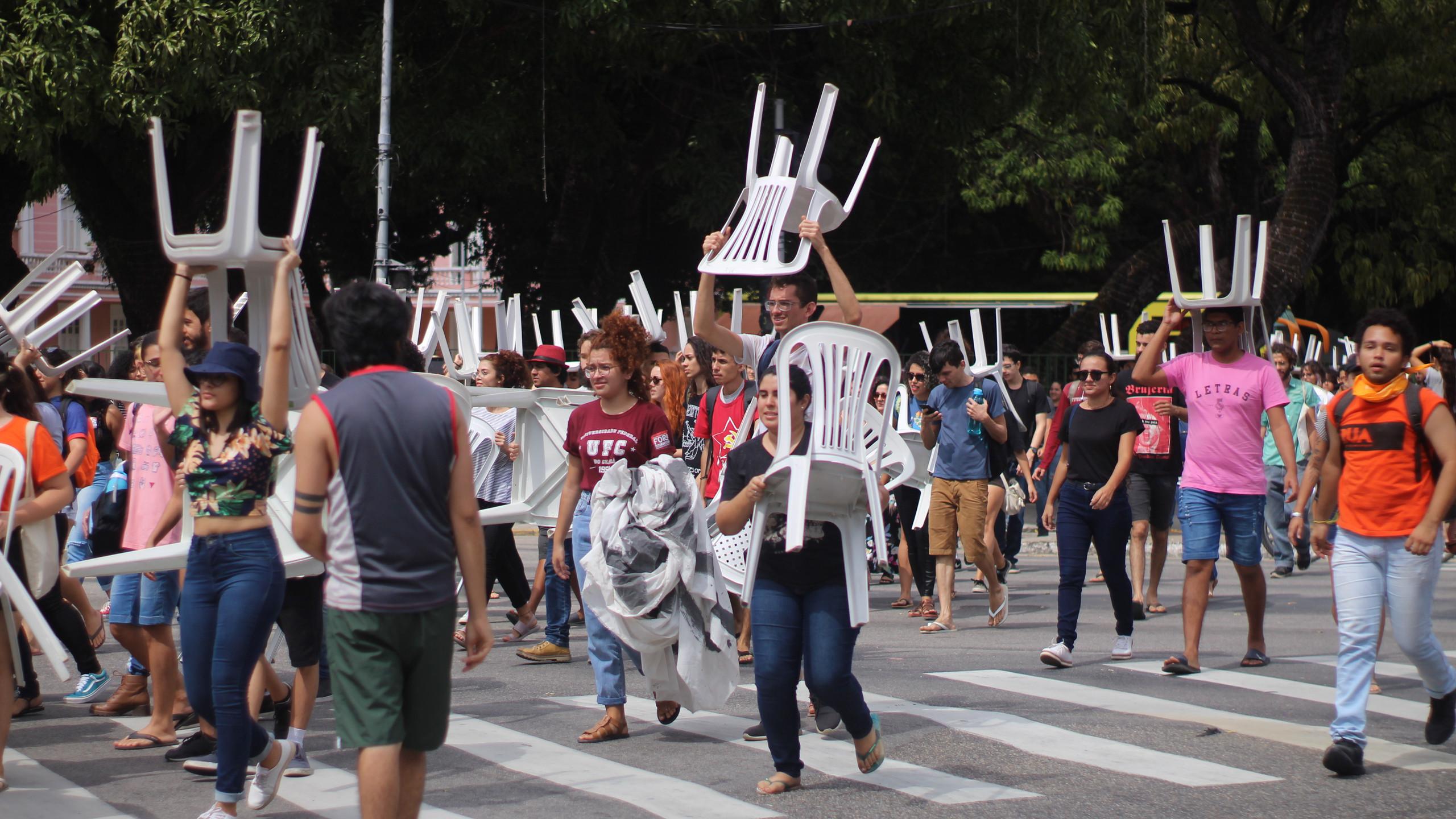 Além dos corpos dos manifestantes, as cadeiras de plástico brancas serviram para bloquear o trânsito no cruzamento das avenidas da Universidade e 13 de Maio (Foto: Camilo Panzera)