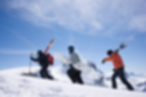 Vol biplace en parapente a ski avec une guide de montagne apres une randonnee en montagne raquette ou ski