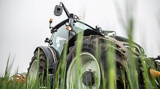 valtra-g-series-tractor-grass-1600-900.j