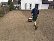Válcování budoucího trávníku.jpg