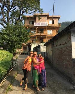 Gülkan & Didem & Nihan - Rishikesh