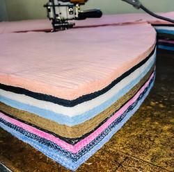 Pile de tissus pour la fabrication des robes de Julie et les Tropeziennes, des robes française.
