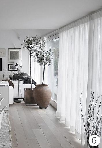 A fenti enteriőrbe nyugalmat és könnyedséget visz a nagy felületű fehér  fényáteresztő függöny. (a kép forrása  design-outfit.it) 97753d4954