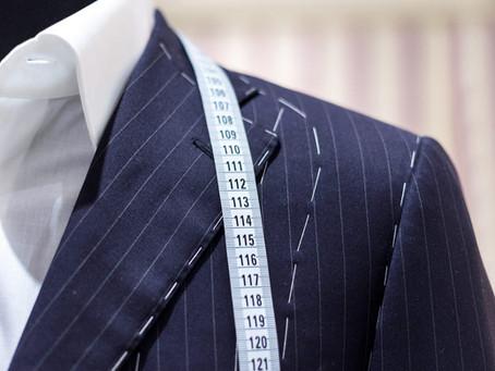 Hva er forskjellige mellom skreddersydd klær og fabrikk laget klær og hvorfor er pris forskjellige