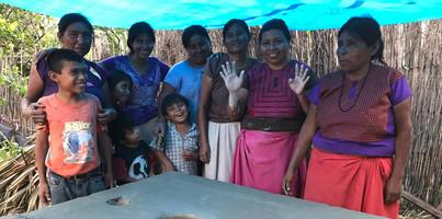 mujeres trabajando en tequio para construir concinas