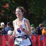Amanda Plomp mid race with a smile on her face