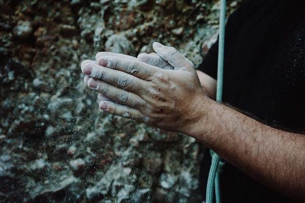 climbing dusting hands with chalk - tyson-dudley via unsplash
