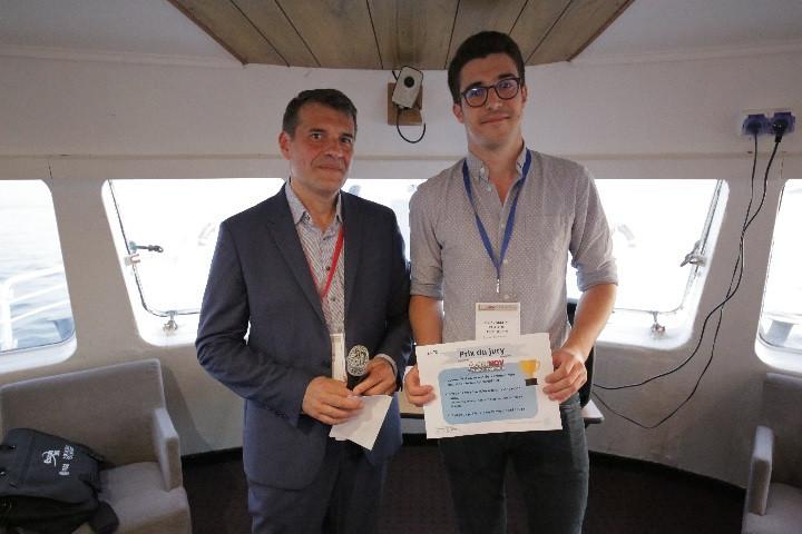 Louis Joggerst (S2P) reçoit le Prix du Jury de la part de Laurent Bianchi (Responsable Innovation - Airbus Helicopters)