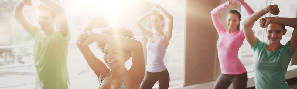 Photo de plusieurs personnes effectuant un cours de zumba en salle pour illustrer les activités sportives proposées par le Gym Club Genay.