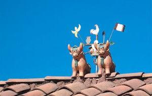 petits taureaux sur les toits des maisons