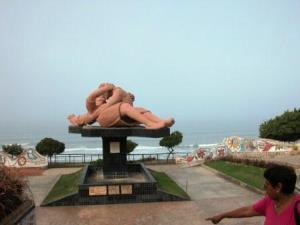 statue d'un couple qui s'embrasse