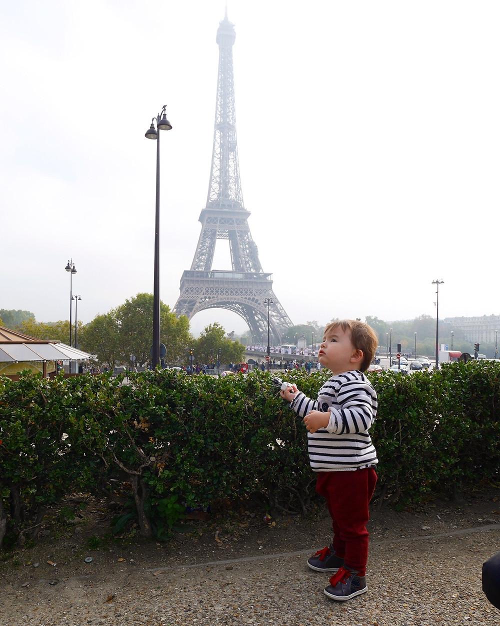J.Junior devant la tour eiffel à Paris