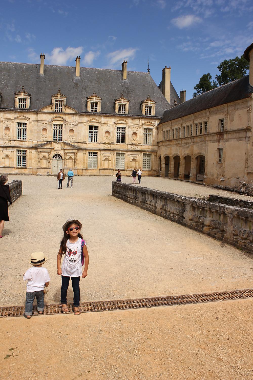 Dans la cour intérieur du château de Bussy Rabutin en Bourgogne