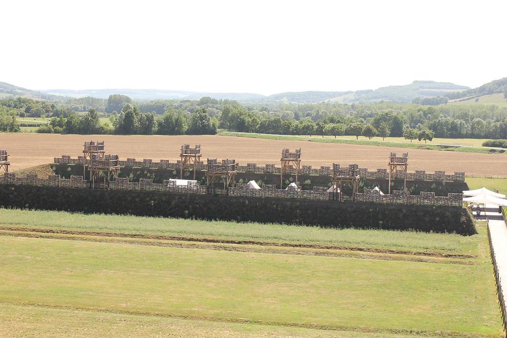 vu de la reconstitution des remparts gaulois de l'écomusée d'alésia en bourgogne