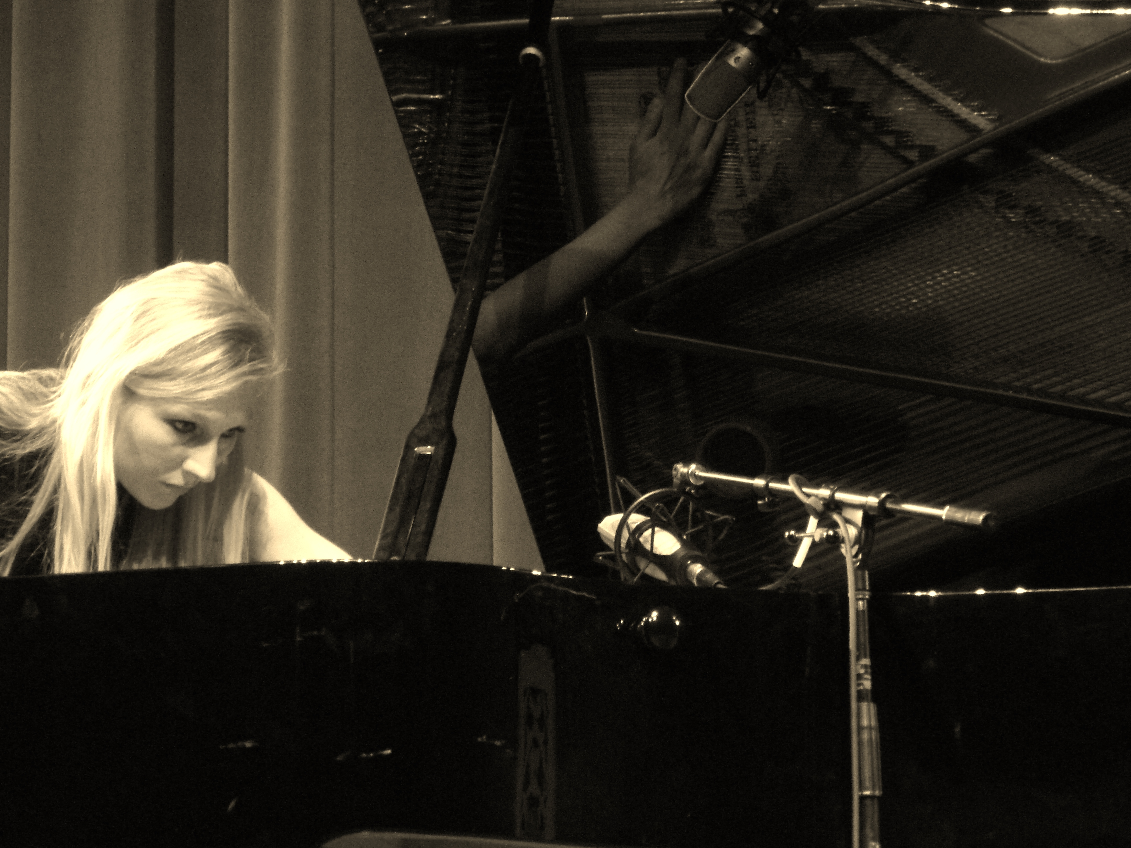 Beata Golec Prepared Piano Improvisation 2013.jpg