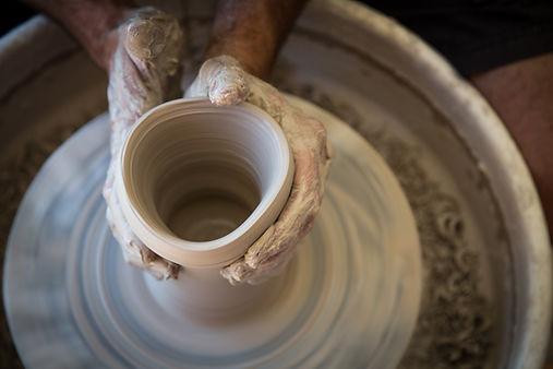 Tounage d'une pièce céramique par Christophe de Mons, potier à Aix en provence