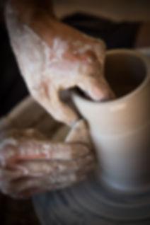 Tournae d'un pièce en céramique lors d'un stgae à latelier des potiers