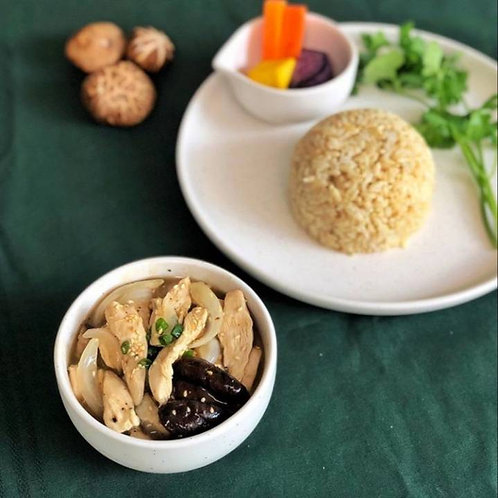 C04ข้าวหน้าไก่ GRAVY CHICKEN WITH BROWN RICE