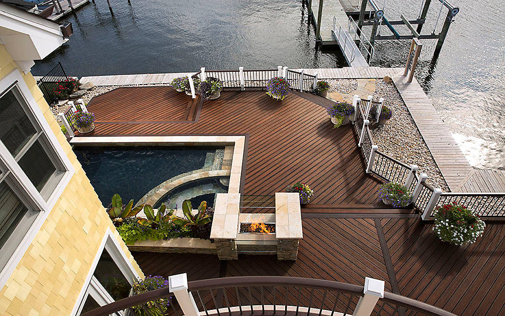 TREX TRANSCEND DECKING IN SPICED RUM AND TRANSCEND RAILING IN CLASSIC WHITE AND VINTAGE LANTERN