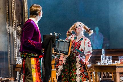 Die verkaufte Braut - Wenzel (Sven Hjörleifson) Marie (Magdalena Hinterdobler) - Oper Leipzig 2019