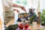 Frau, die in der Küche kocht