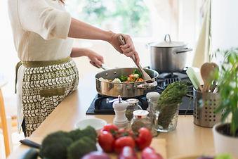 Kvinna matlagning i köket