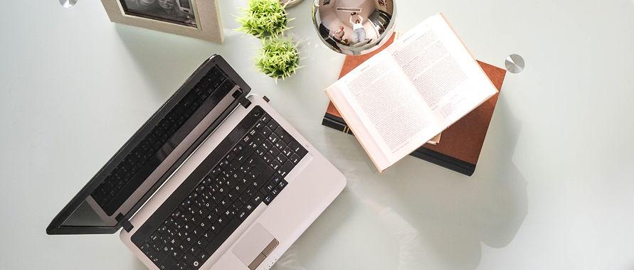 Schreibtisch und Gesetzbücher Rechtsanwältin