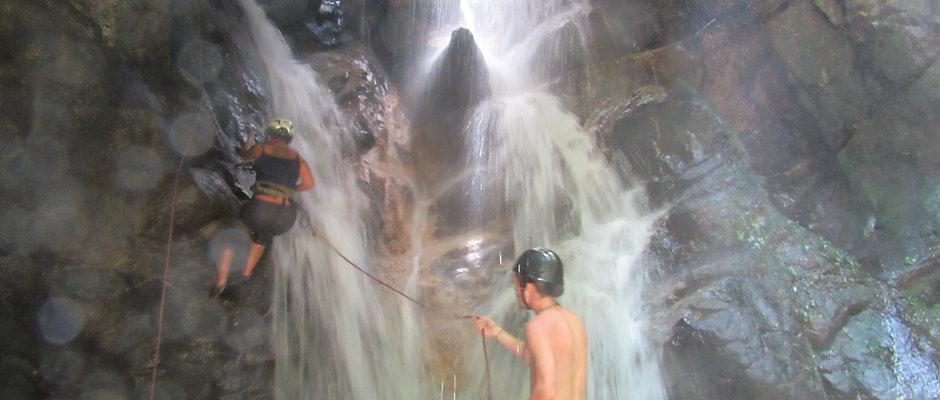 Rapel na Cachoeira Gruta Maravilha em Cachoeiras de Macacu