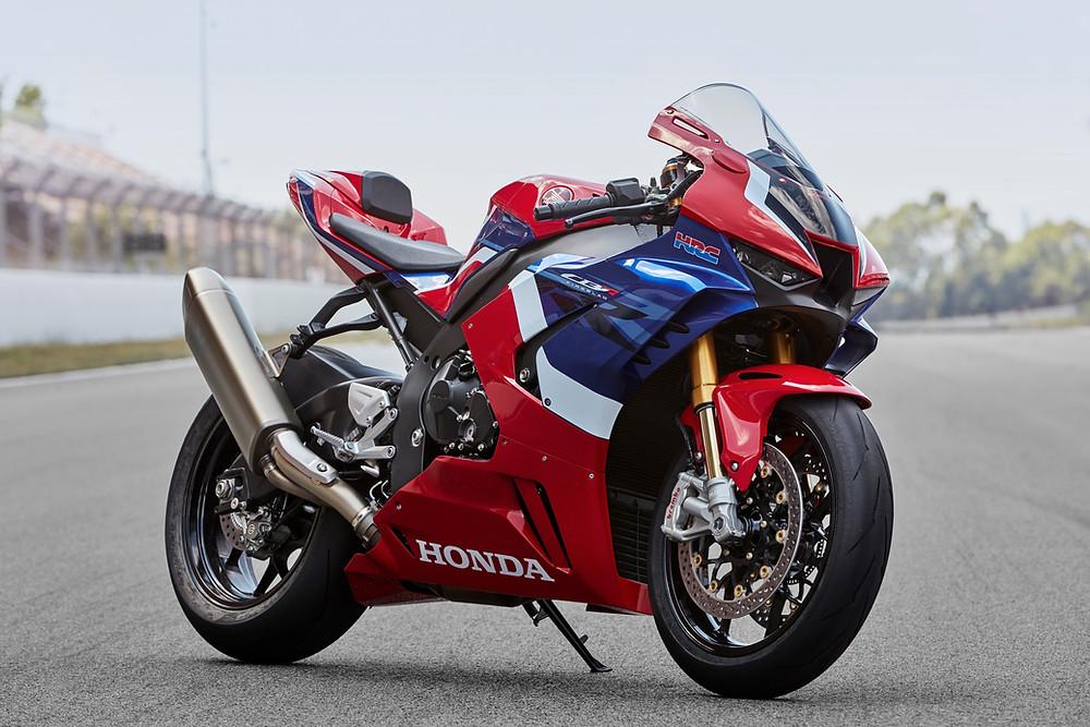 Moto Honda rouge et bleue sur circuit