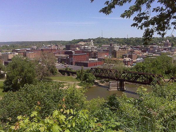 1024px-Downtown_Zanesville.jpg