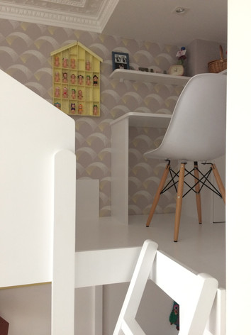 Lit cabane et bureau en mezzanine. Espace bibliothèque et nombreaux rangements