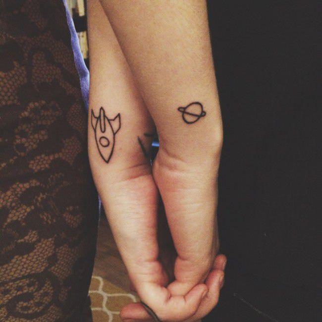 Tatuajes en pareja cohete y planeta