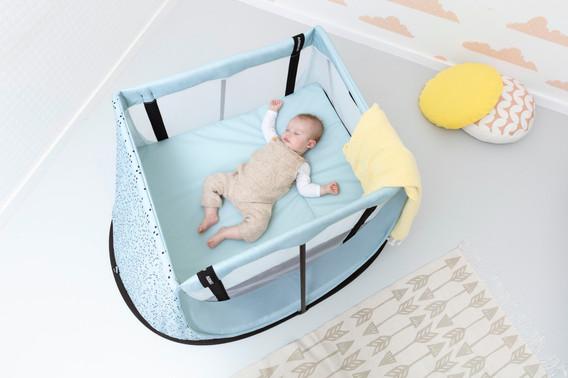 AEROMOOV-ATC baby sleeping in travel cot