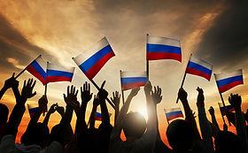Размахивая флагом России