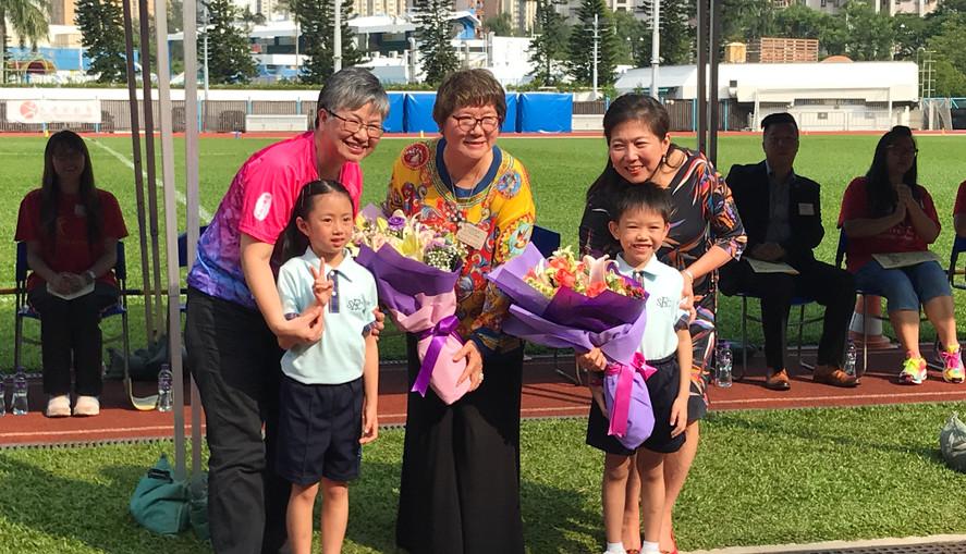 運動會:黃煦堯、李焯勝代表二年級獻花
