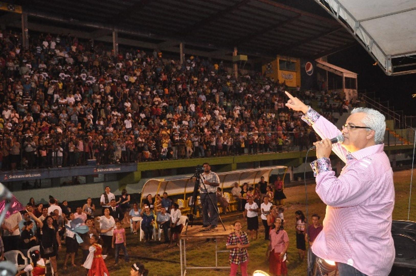 Danny Berrios singing in Puerto Cortes, Honduras at the H2H Crusade