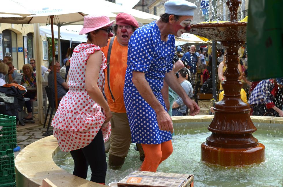 Lâcher de clowns dans la fontaine