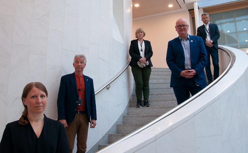 Forhandlingslederne i UNIO Stat, YS Stat, LO Stat og Akademikerne sammen med statens personaldirektør Gisle Norheim. foto: KMD