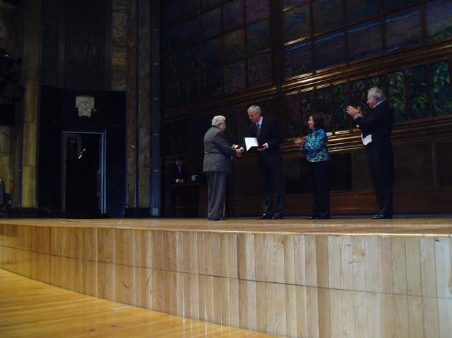 Entrega de la  medalla Mozart en Bellas Artes. Roberto Bravo, agregado cultural de la embajada de Austria, Wolfgang Kutschera, funcionaria de la CD MEX y Fernando Lozano, presidente de la Academia Medalla Mozart, en 2008.