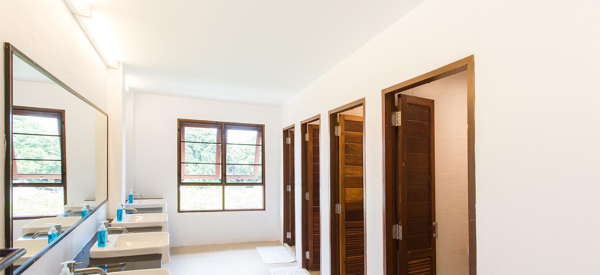 12 Beds Mixed Dorm Bathroom