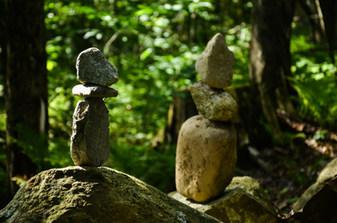 Sentiers et roches en équilibre / Trails and balancing rocks