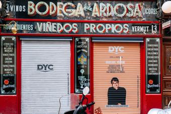 DYC apoya a la hostelería alquilando y personalizando los cierres de los bares