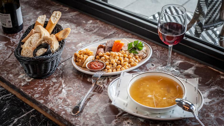 Vuelve el cocido madrileño del Café Comercial: un imprescindible de los jueves