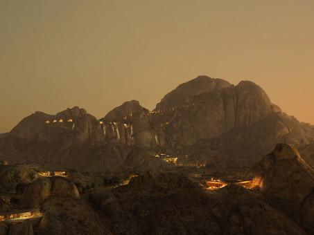 Hospedarse dentro de una roca en el desierto: la experiencia inmersiva en Arabia Saudí