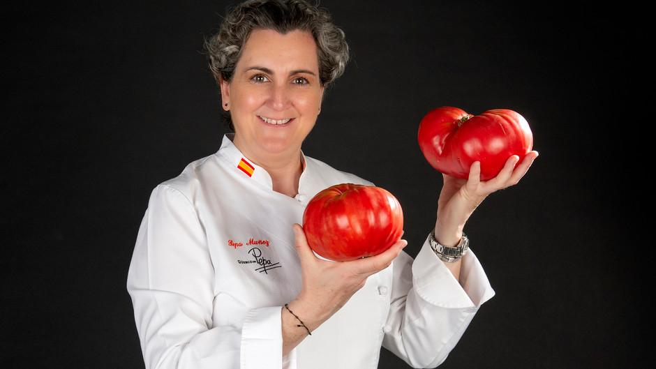 """Pepa Muñoz, """"Dama de Rojo"""" en la Feria Nacional de Tomate Antiguo de Santa Cruz de Bezana"""