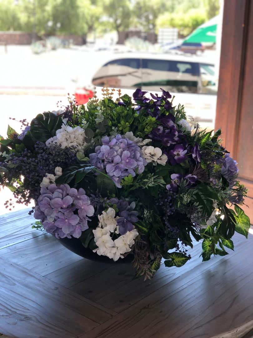 Arreglos con flor artificial acorde al Recinto