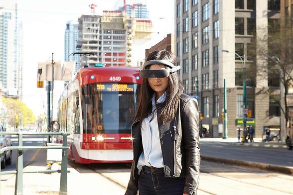 Femme portant les lunettes à réalité augmentée eSight4 dans la rue